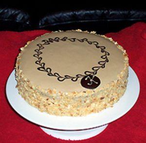Krem torta s pudingom i lešnicima